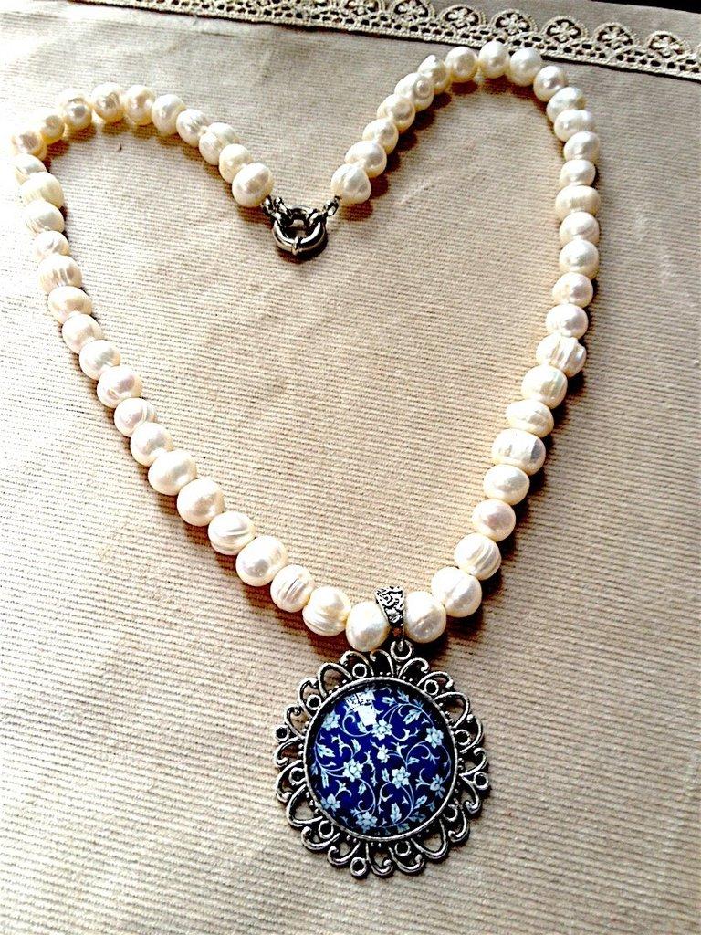 Girocollo in perle di fiume con cameo a fiori blu e bianchi su base argentata  realizzato a mano