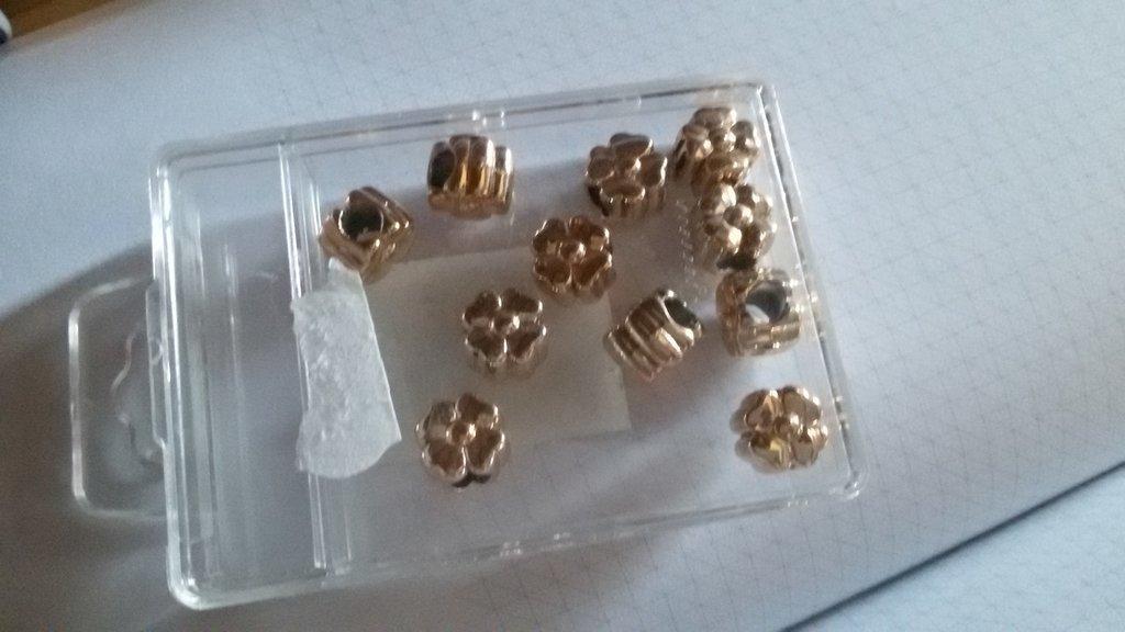 11 Perline a forma di fiore dorate