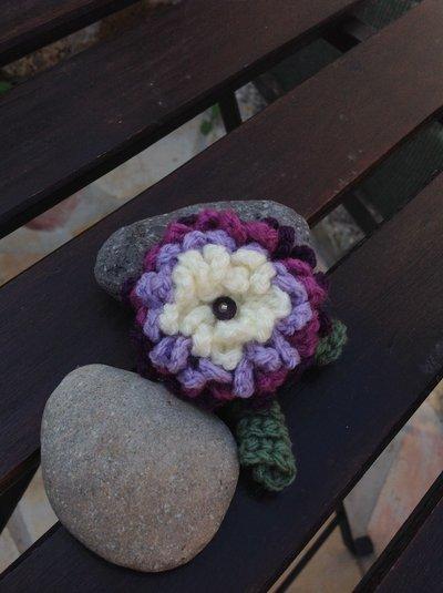 Spilla in lana ad uncinetto