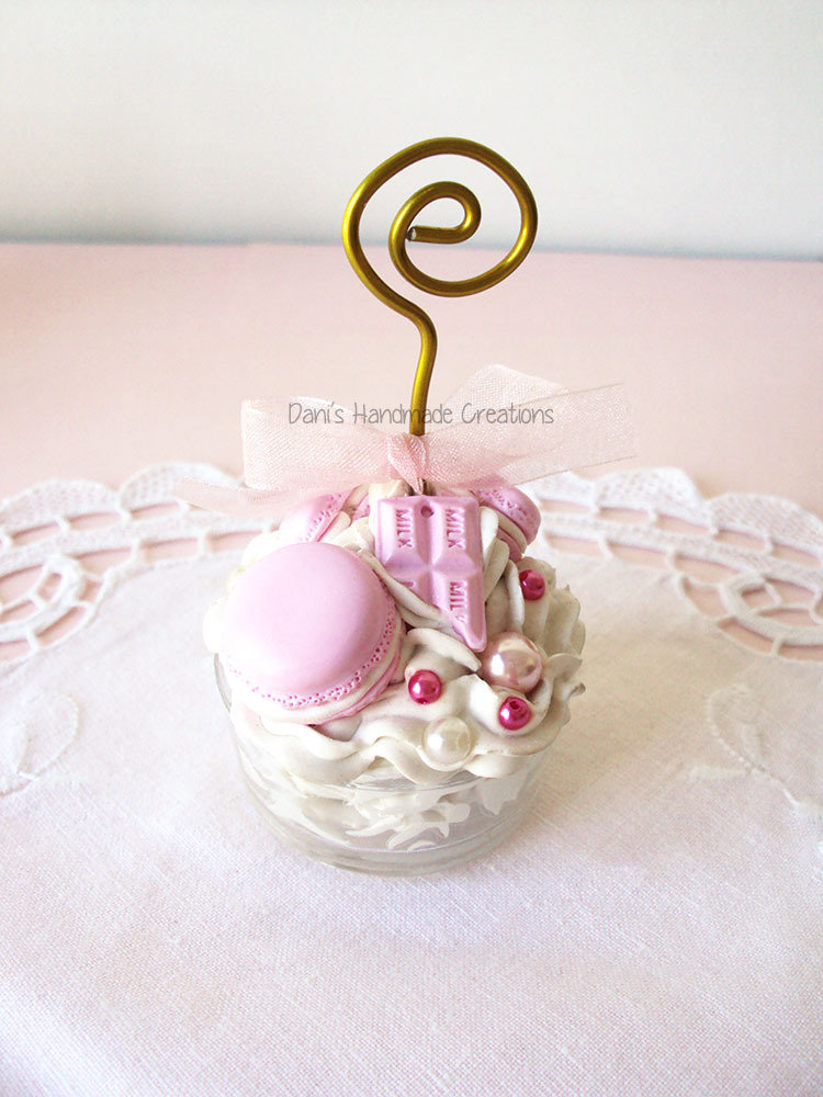 Portafoto/Segnaposto con bicchierino in vetro decorato con panna e dolci rosa pastello