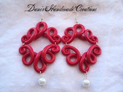 Orecchini ghirigori rossi in fimo e perle bianche