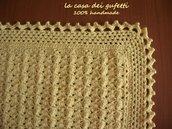 Copertina di lana gialla realizzata all'uncinetto in pura lana vergine