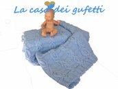 Copertina in pura lana azzurra per passeggino o culla eseguita ai ferri