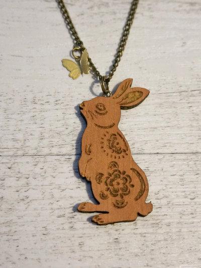 Collana Lepre e farfalla in legno e bronzo fatta a mano - un aiuto agli animali abbandonati, negozio solidale pro cani e gatti