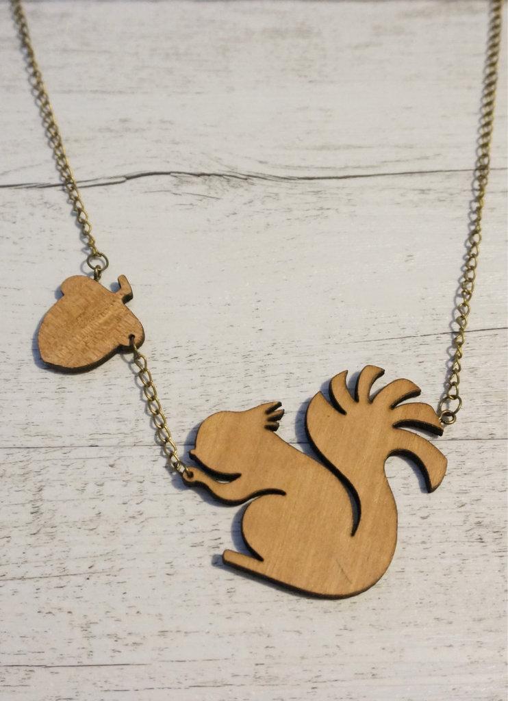 Collana scoiattolo e ghianda in legno fatta a mano - un aiuto agli animali abbandonati, negozio solidale pro cani e gatti abbandonati