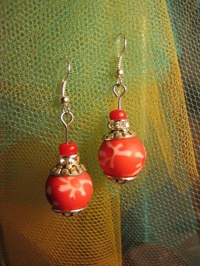 Orecchini rossi con perle in ceramica