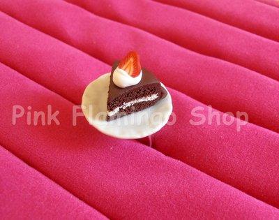 Anello fetta di torta cioccolata panna e fragole in Fimo, con piattino in ceramica - regolabile