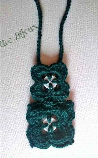 Collana verde crochet lana e bottoni