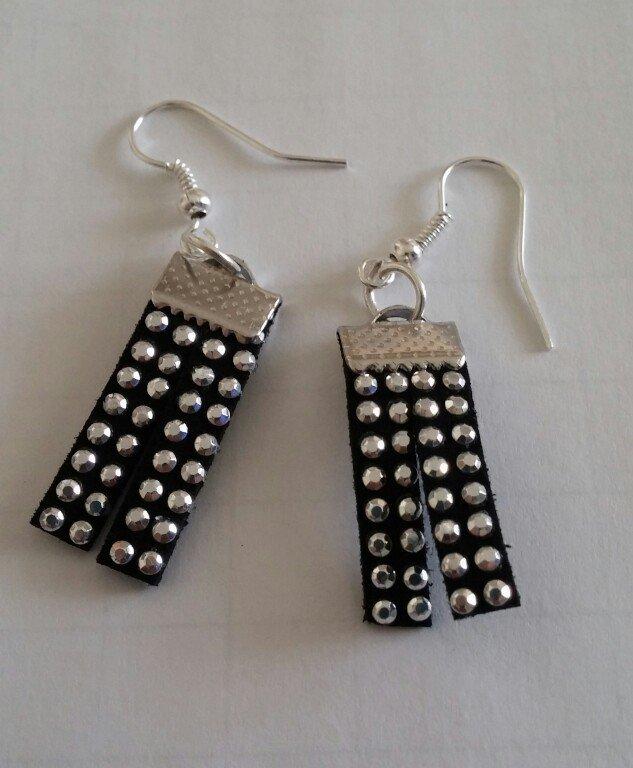 Orecchini neri pendenti con borchiette argento