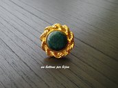 Anello con bottone vintage in metallo dorato e smalto blu-verde