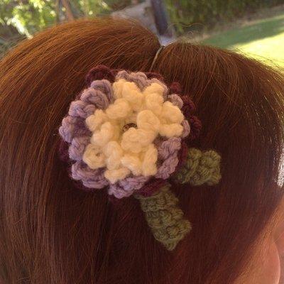 Cerchietto con fiore ad uncinetto