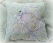 Cuscino portafedi color avorio e rosa pastello