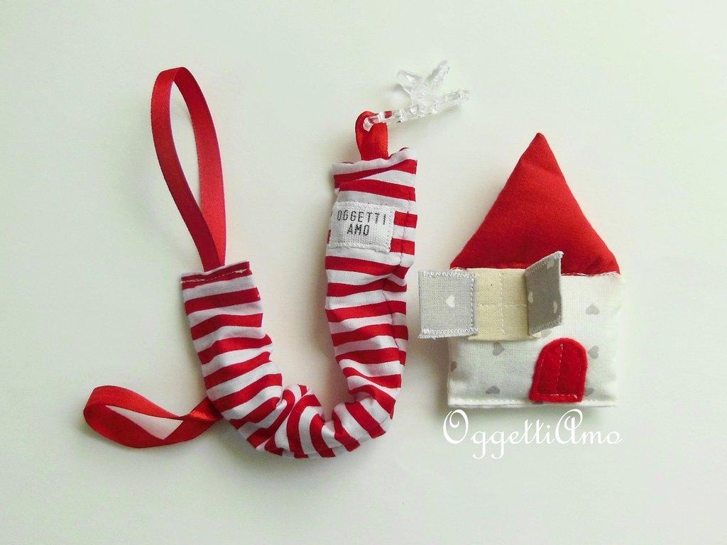 Catenella porta-ciuccio rossa e bianca a strisce con casina in stoffa di cotone: l'accessorio divertente per il vostro babino!