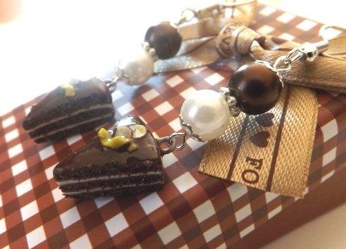 Orecchini fetta di torta in fimo al cioccolato e panna con fettine di limone e perle!