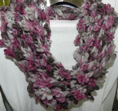 Sciarpa collana fatta a mano ad uncinetto in lana grezza multicolore