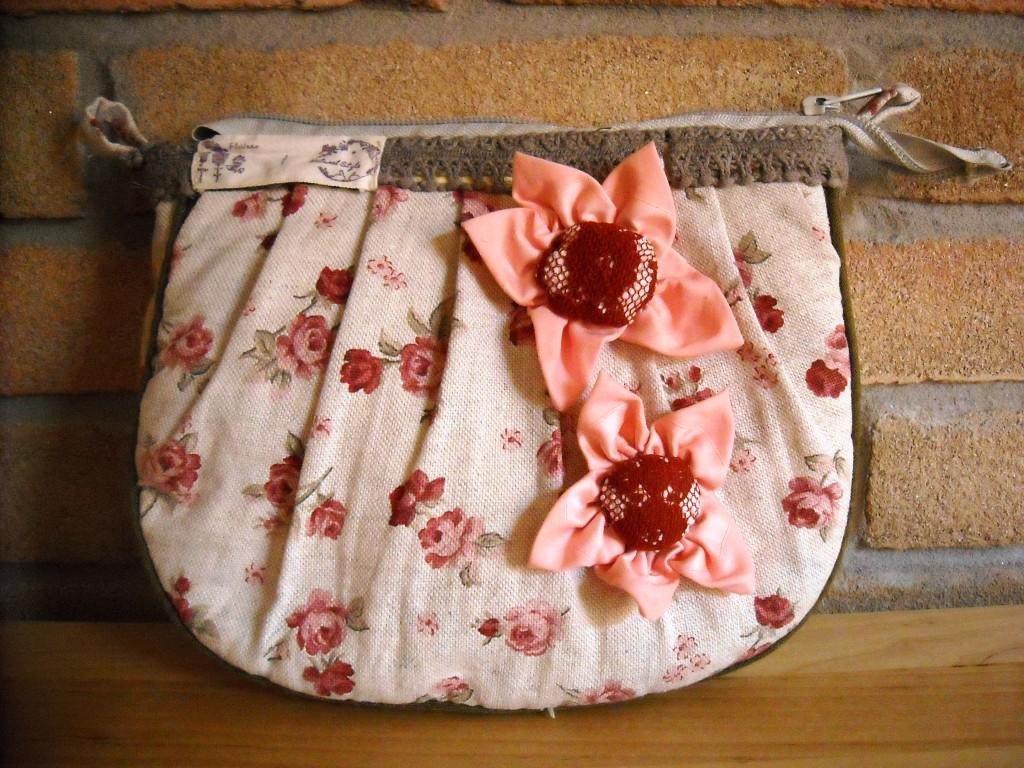 Borse: Borsa country rose rosse. Tracolla cucita a mano con fiori applicati. Idea regalo.