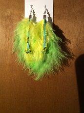 Orecchini di piume e perline verdi