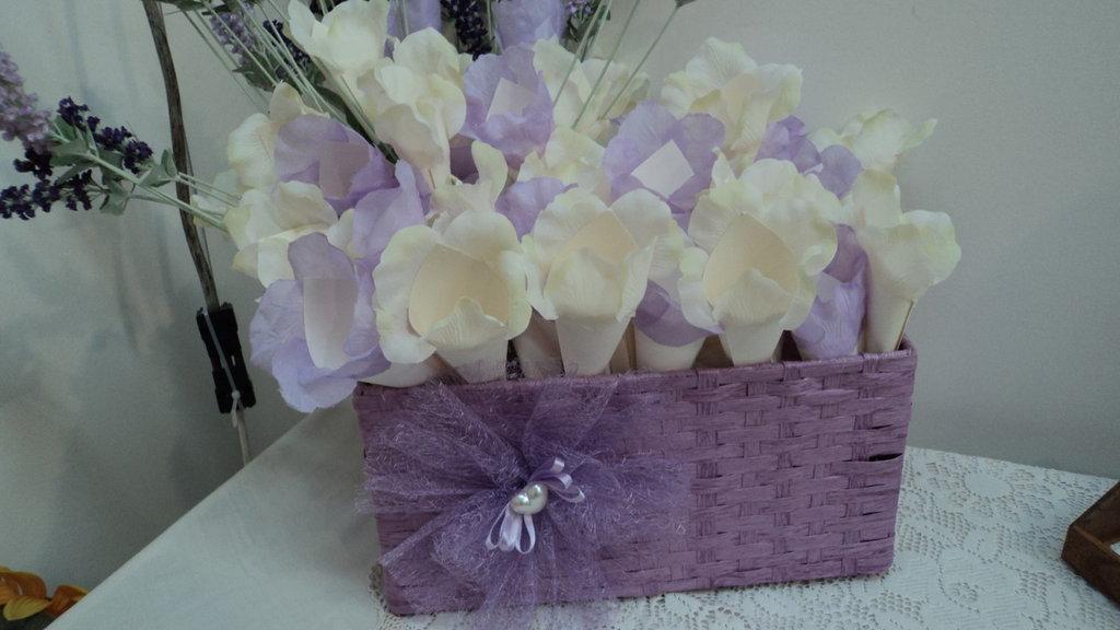 coni 50 riso confettata artigianali composizione con cesto petali lilla/panna