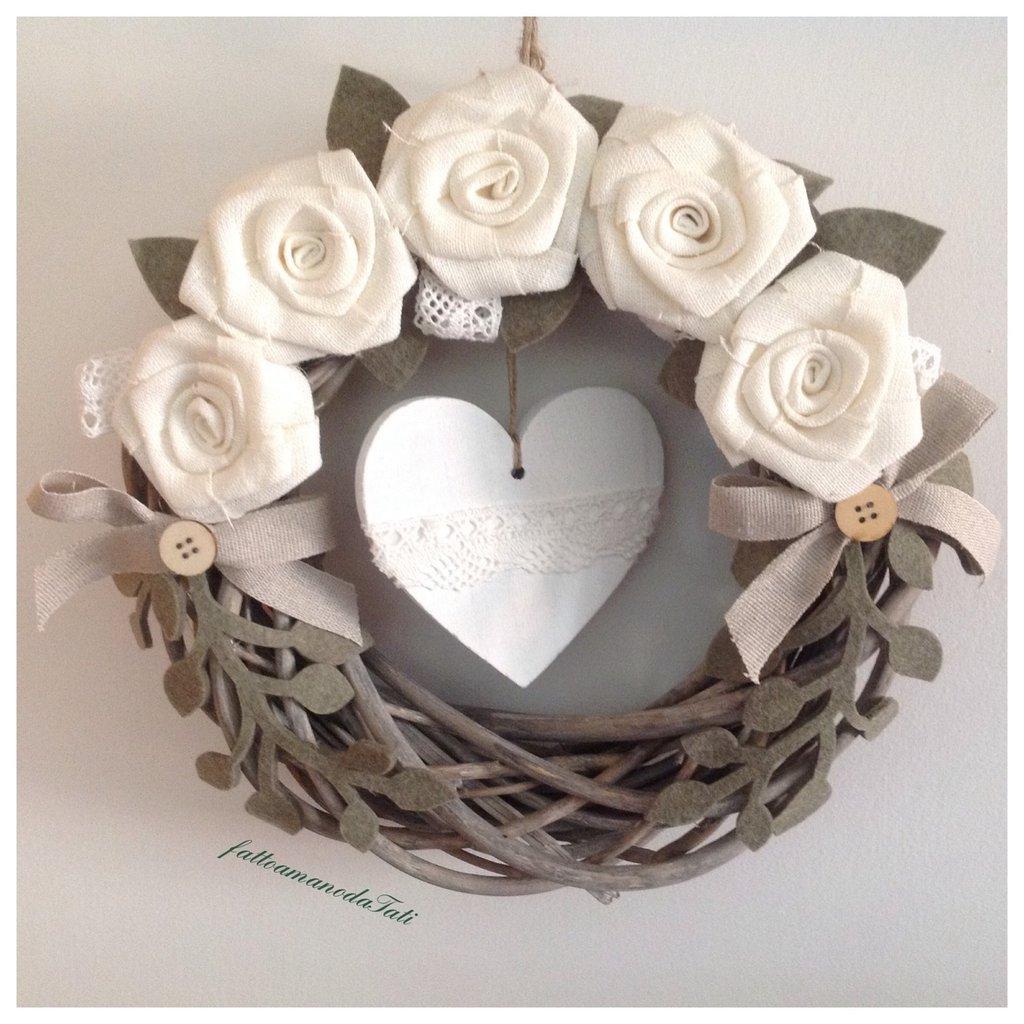 cuori di legno con fioru : Corona in legno con rose bianche di lino e cuore di legno - Per la ...