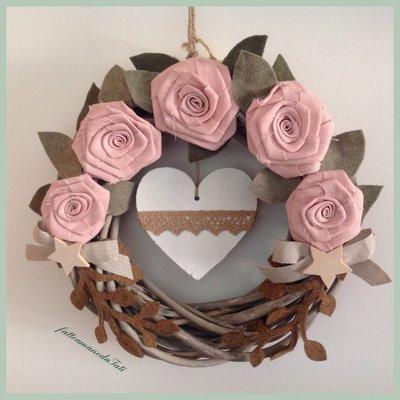 Corona di legno con rose in lino rosa e cuore di legno