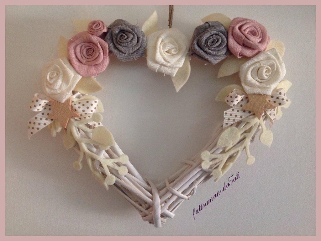 Cuore di vimini con rose di lino bianche,rosa,grigie