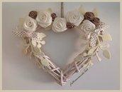 Cuore in vimini con rose di lino bianche ed ecrù