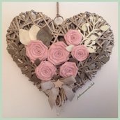 Grande cuore di vimini con rose di lino rosa