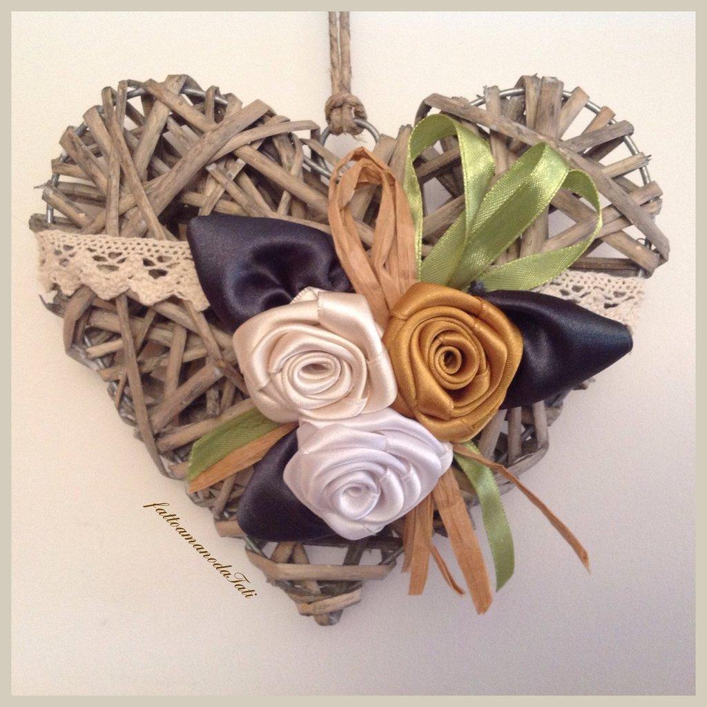 Cuore di vimini con tre rose di raso