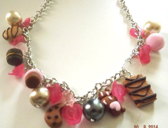 Collana girocollo con dolcetti realizzati in fimo,molto kawaii nei toni del rosa fucsia ideA REGALO!