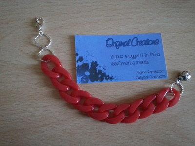 Bracciale rosso con catena.