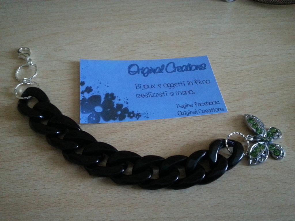 Bracciale nero con catena.