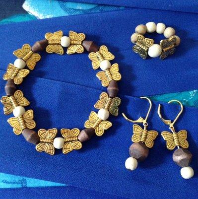 Parure bracciale, anello e orecchini in legno e metallo dorato