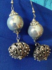 Orecchini con sfera ceramica lucida grigia e bottoni sardi fatti a mano