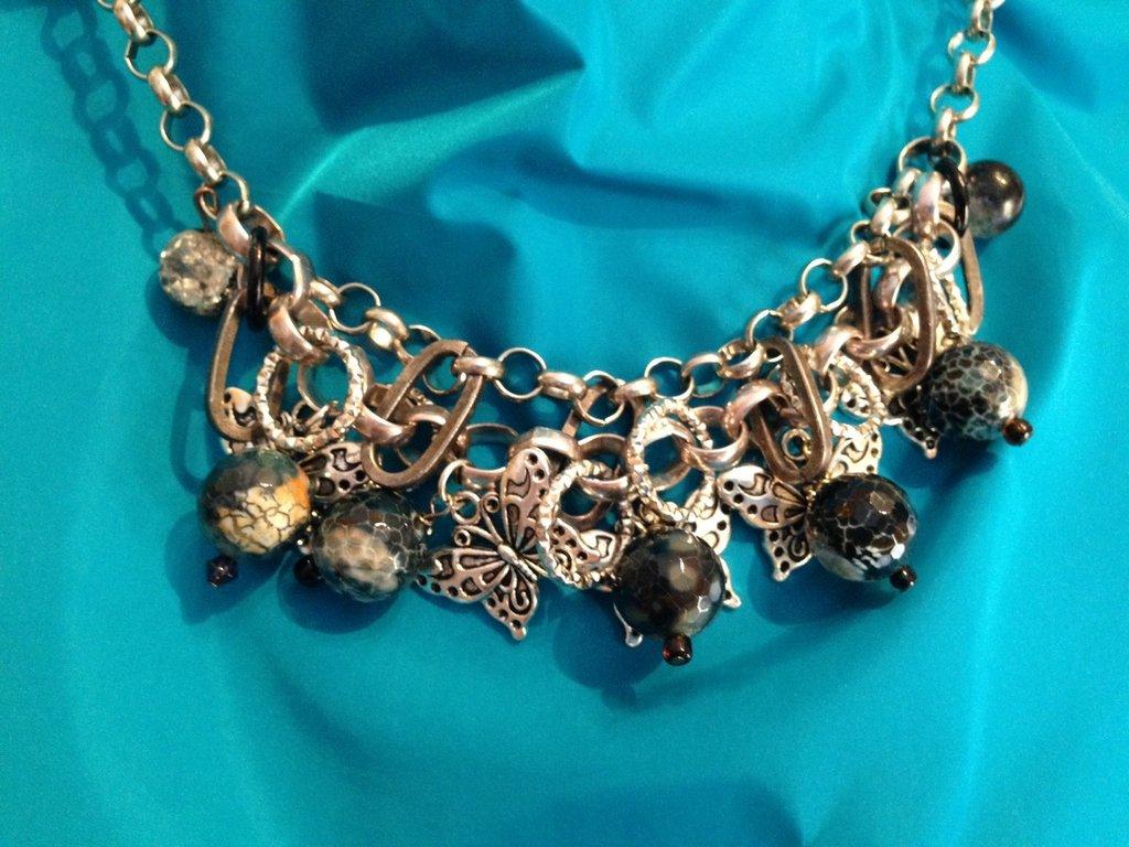 Girocollo catena rolò di metallo e charms farfalle e pietre sfaccettate