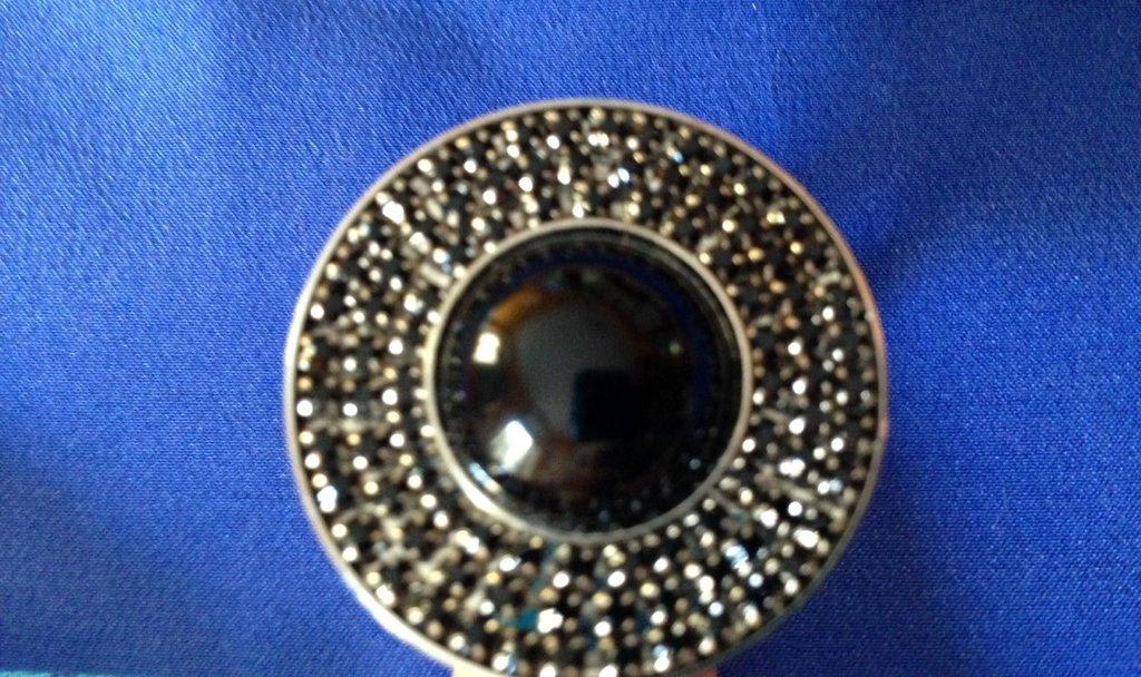 Anello con bottone gioiello nero in onice e svarowski