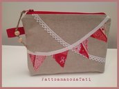 Pochette in cotone ecrù con bandierine rosse