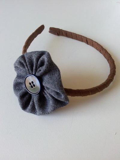 Cerchietto con fiore in tessuto e bottone centrale