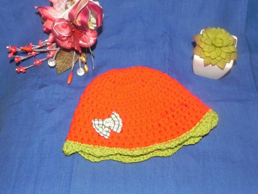 Cappellino neonato fatto a mano rosso con fiocchetto