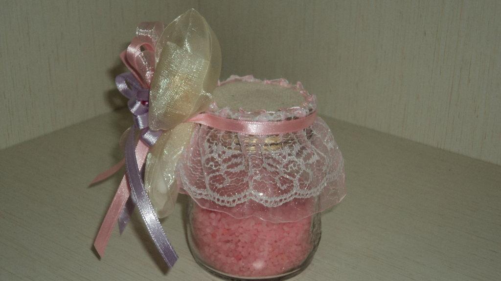 bomboniera segnaposto artigianale con confetti bocciolo sapone su sali da bagno