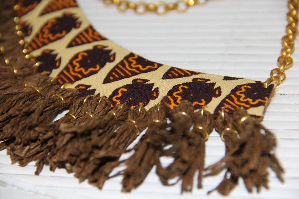 Colletto in stoffa tribale con nappine in corda e dettagli in oro