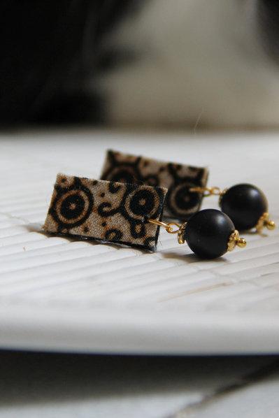 Orecchini stile tribale in stoffa con perline e dettagli in oro