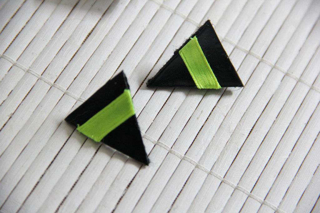 Orecchini a triangolo nero lucido e giallo neon