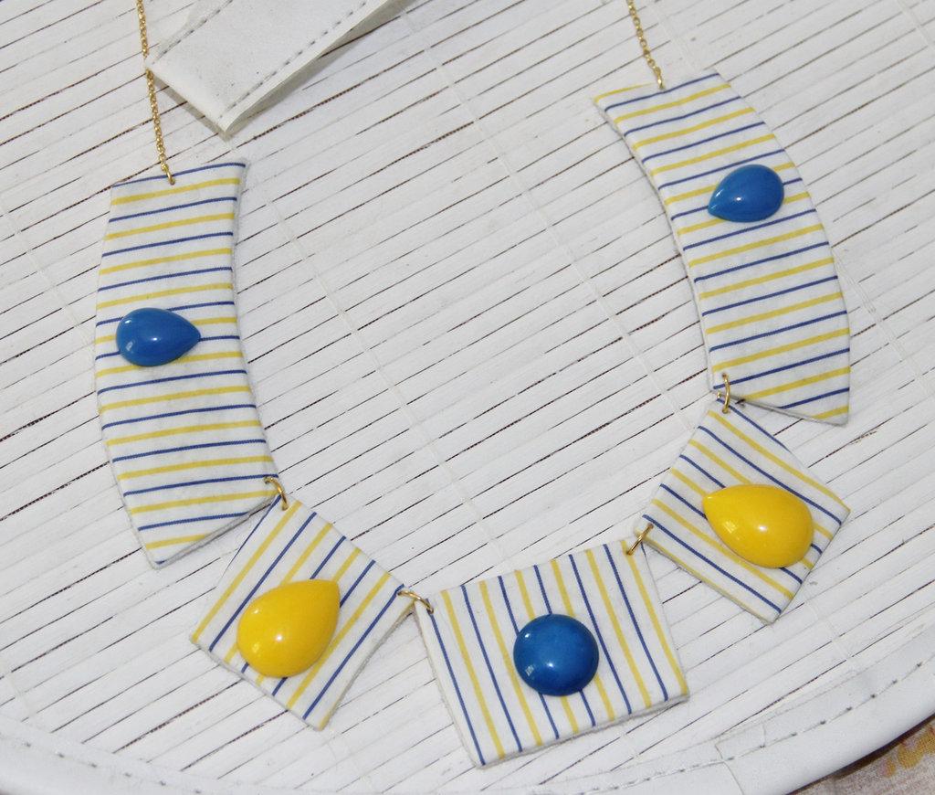Collana a segmenti, in stoffa gialla e azzurra a righe con pietre cabochon in plastica