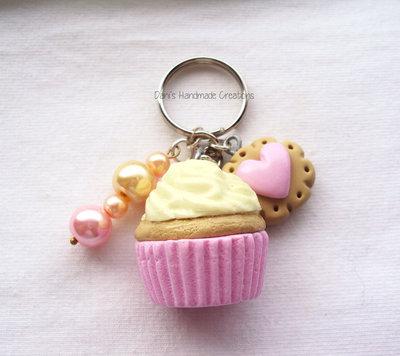 Portachiavi cupcake alla crema, biscotto in fimo e perle
