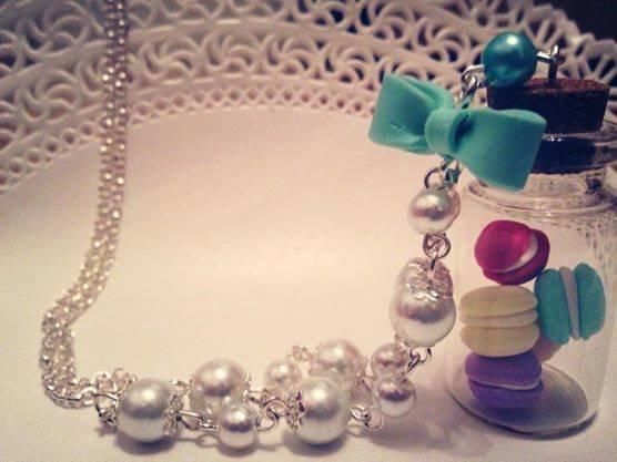 Collana con bottiglietta in vetro e mini macaron