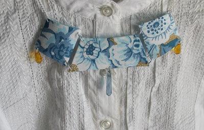 Collana in stoffa floreale sui toni del blu con perline di vetro a goccia e dettagli gialli e argentati