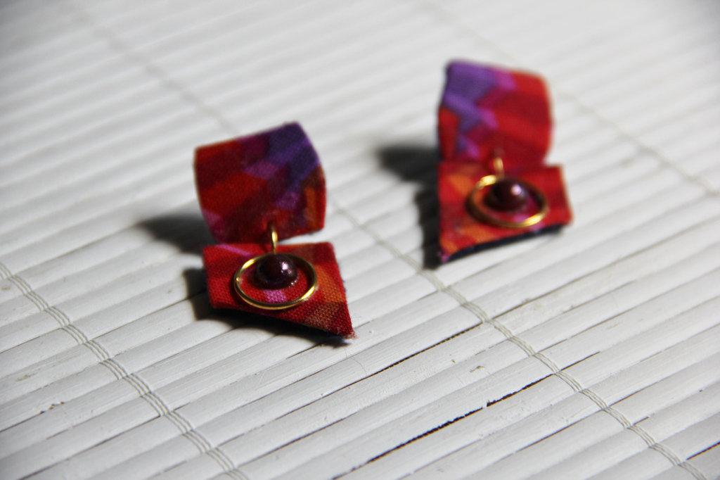 Orecchini in stoffa rossi e viola con dettagli dorati