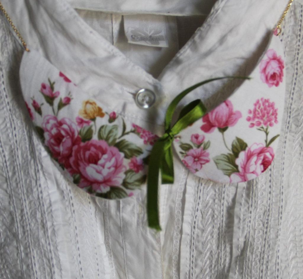 Colletto in stoffa floreale rosa con fiocco in raso verde e dettagli in oro