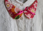 Colletto in stoffa floreale sui toni del rosa, arancione e fuxia con fiocco in raso e dettagli in oro