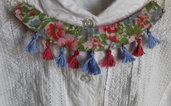 Collana colletto in stoffa floreale e nappine sui toni del rosso e dell'azzurro